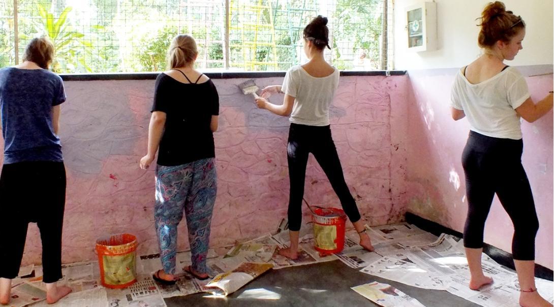 スリランカで教室の塗装に励む高校生ボランティアたち